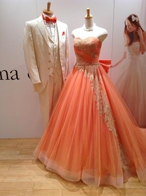 ドレスに合わせてご新郎様もオレンジのタイでコーディネートしてみました☆. お色直し